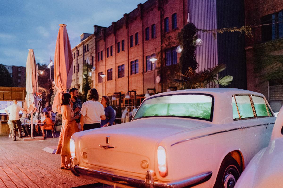 Hochzeitsfoto Gäste Hochzeitsfeier Berlin - Hochzeitsfotograf in Hochzeitslocation mit Strand an der Spree im Sage Restaurant Berlin © www.hochzeitslicht.de #hochzeitslicht