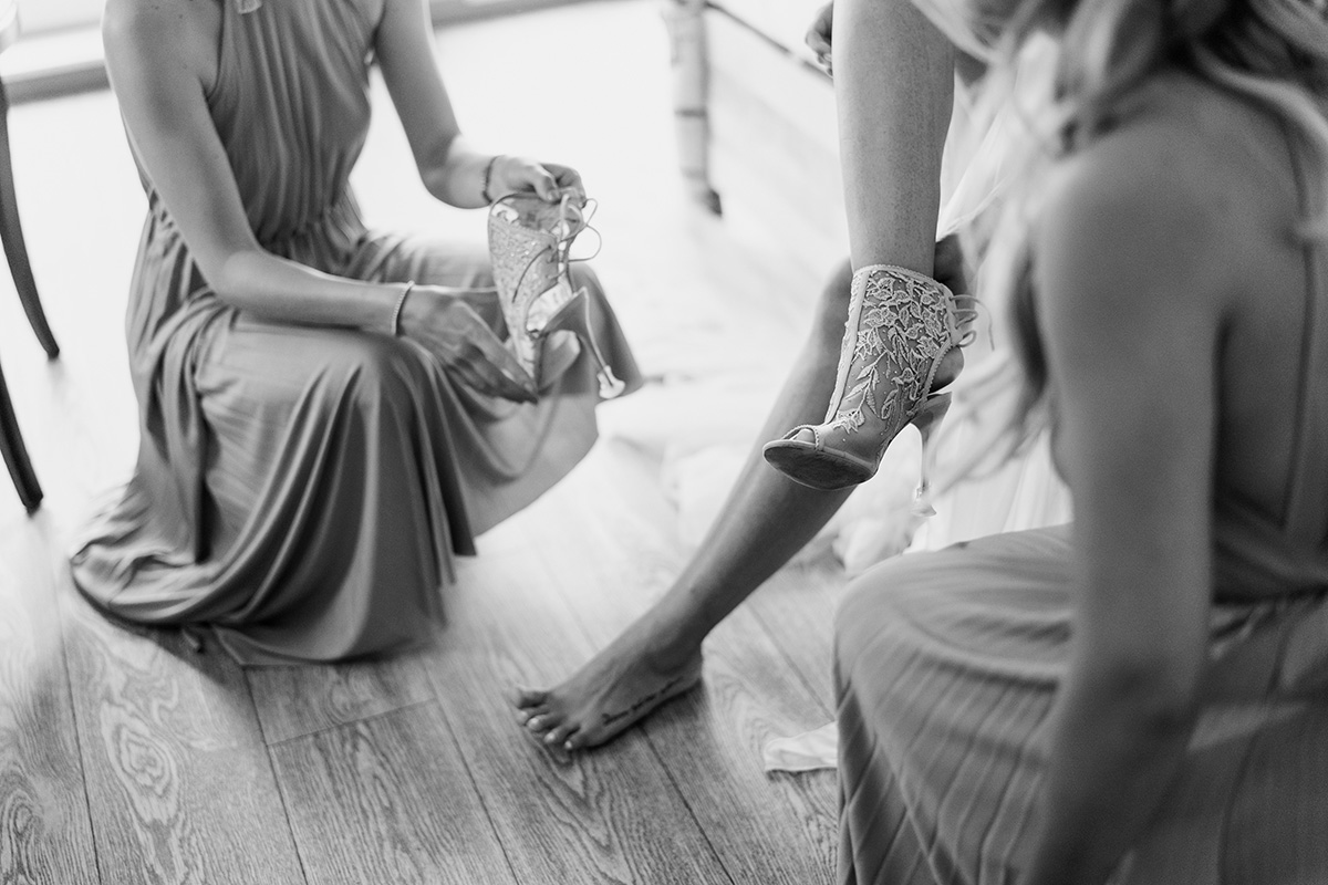 Hochzeitsfotos Ankleiden Braut von Hochzeitsfotografin aus Berlin auch viel in Brandenburg unterwegs - Standesamt Hochzeit am Wasser in Seelodge von Hochzeitsfotograf Brandenburg © www.hochzeitslicht.de #hochzeitslicht