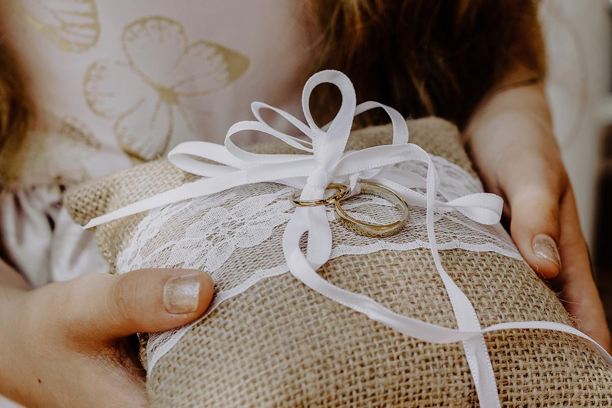 Hochzeitsfoto Ringkissen Jute und weiße Spitze für Eheringe gold- Standesamt Hochzeit am Wasser in Seelodge von Hochzeitsfotograf Brandenburg © www.hochzeitslicht.de #hochzeitslicht