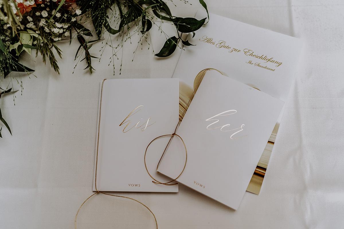 Idee Traugelübde Buch DIY - Standesamt Hochzeit am Wasser in Seelodge von Hochzeitsfotograf Brandenburg © www.hochzeitslicht.de #hochzeitslicht