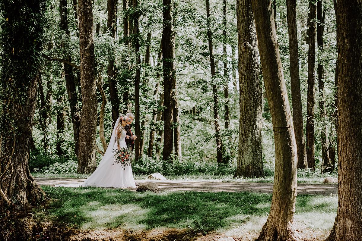 Hochzeitsfoto Einzug Braut ins Standesamt mit Vater - Standesamt Hochzeit am Wasser in Seelodge von Hochzeitsfotograf Brandenburg © www.hochzeitslicht.de #hochzeitslicht