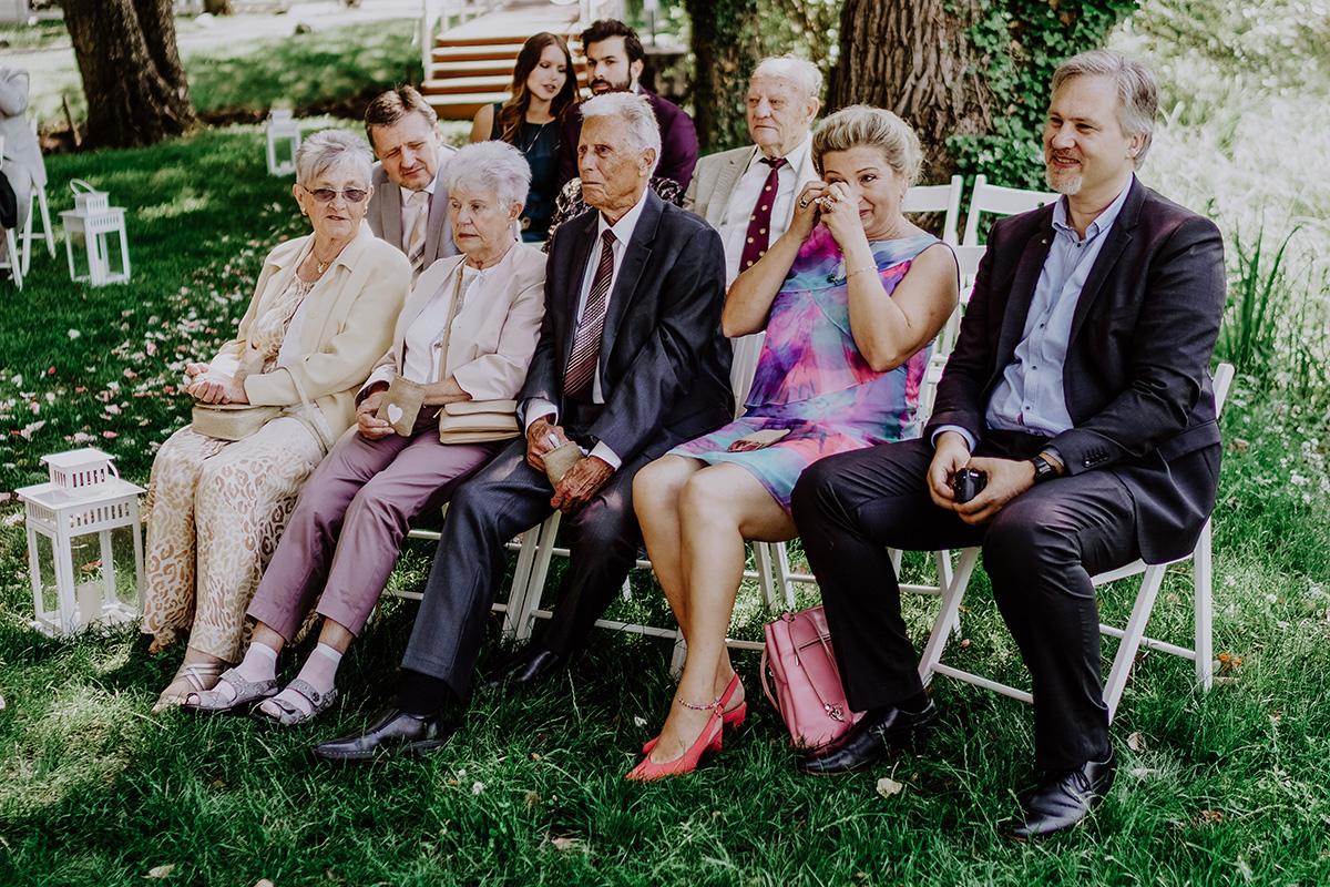 Emotionales Hochzeitsfoto standesamtlich Heiraten am See - Standesamt Hochzeit am Wasser in Seelodge von Hochzeitsfotograf Brandenburg © www.hochzeitslicht.de #hochzeitslicht
