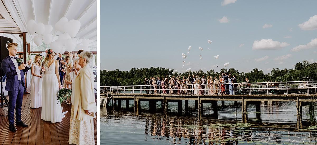 Gruppenfoto mit allen Gästen Luftballons Herz - Standesamt Hochzeit am Wasser in Seelodge von Hochzeitsfotograf Brandenburg © www.hochzeitslicht.de #hochzeitslicht