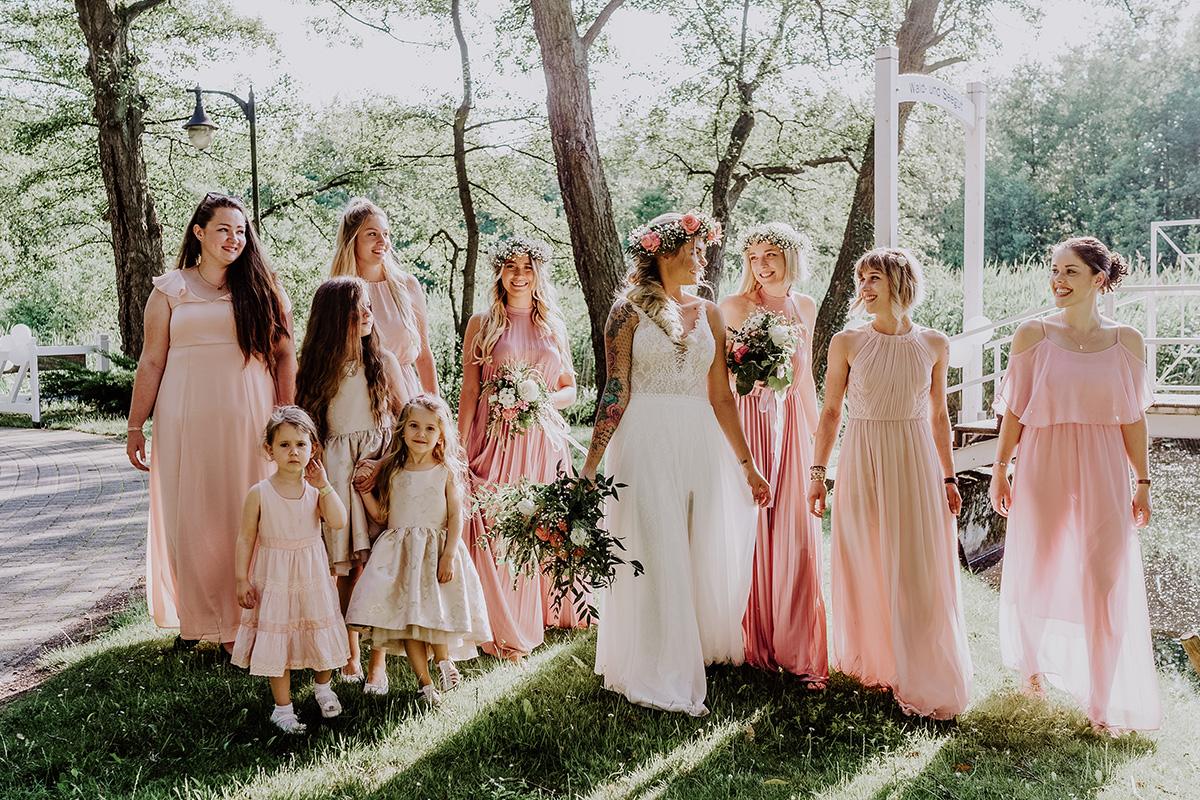 Idee Pose Hochzeitsfoto Braut mit Bridesmaids und Blumenmädchen Hochzeit am See - Standesamt Hochzeit am Wasser in Seelodge von Hochzeitsfotograf Brandenburg © www.hochzeitslicht.de #hochzeitslicht