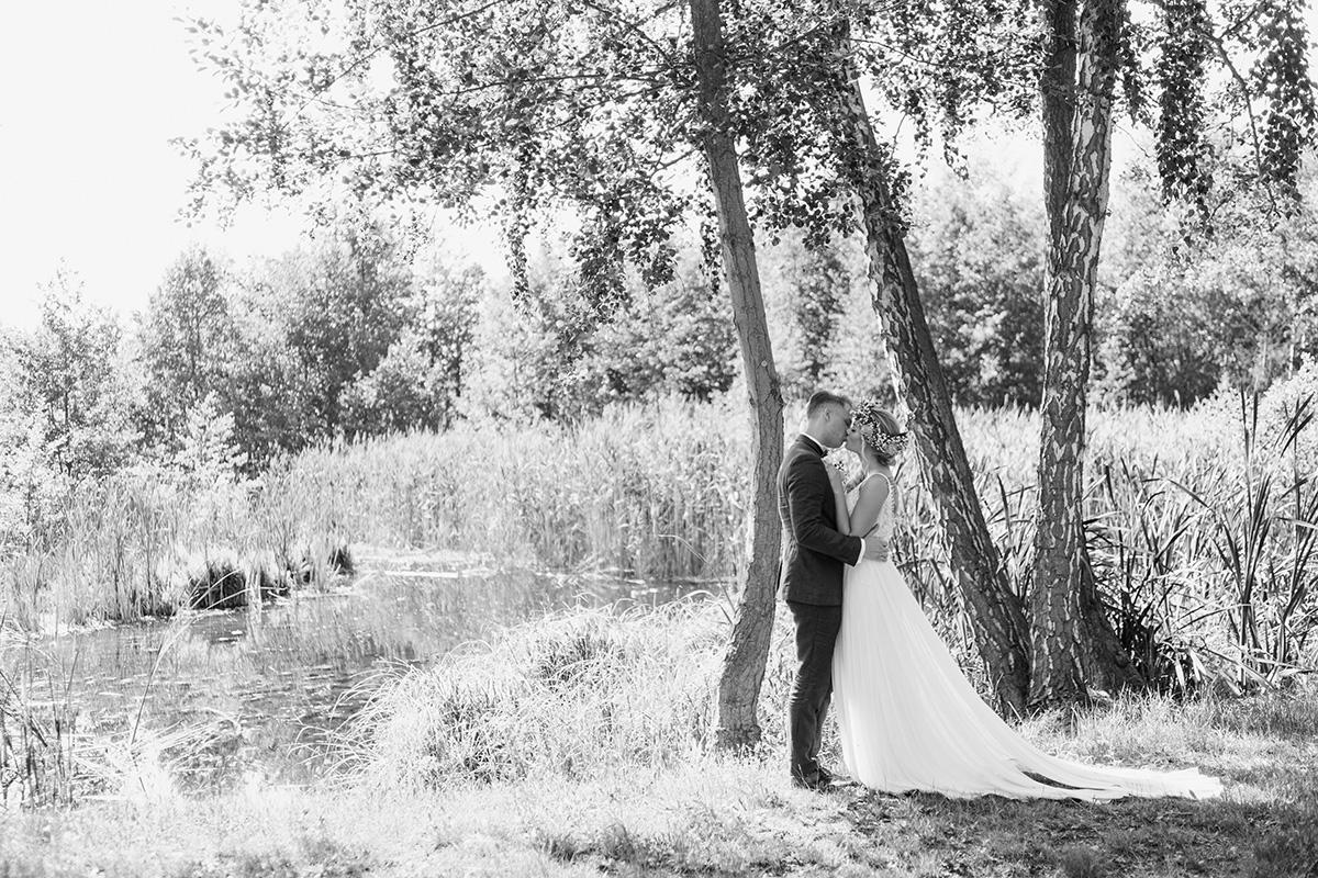 Idee Posing Brautpaar Hochzeitsfotoshooting am See Boho Hochzeit Seelodge Kremmen - Standesamt Hochzeit am Wasser in Seelodge von Hochzeitsfotograf Brandenburg © www.hochzeitslicht.de #hochzeitslicht