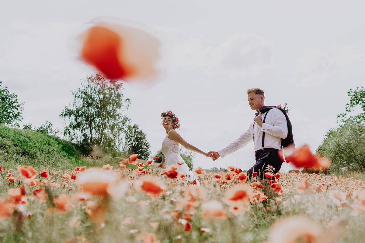 Idee kreatives Hochzeitsfoto Braut und Bräutigam in Mohnfeld bei Sommer-Landhochzeit Brandenburg - Standesamt Hochzeit am Wasser in Seelodge von Hochzeitsfotograf Brandenburg © www.hochzeitslicht.de #hochzeitslicht