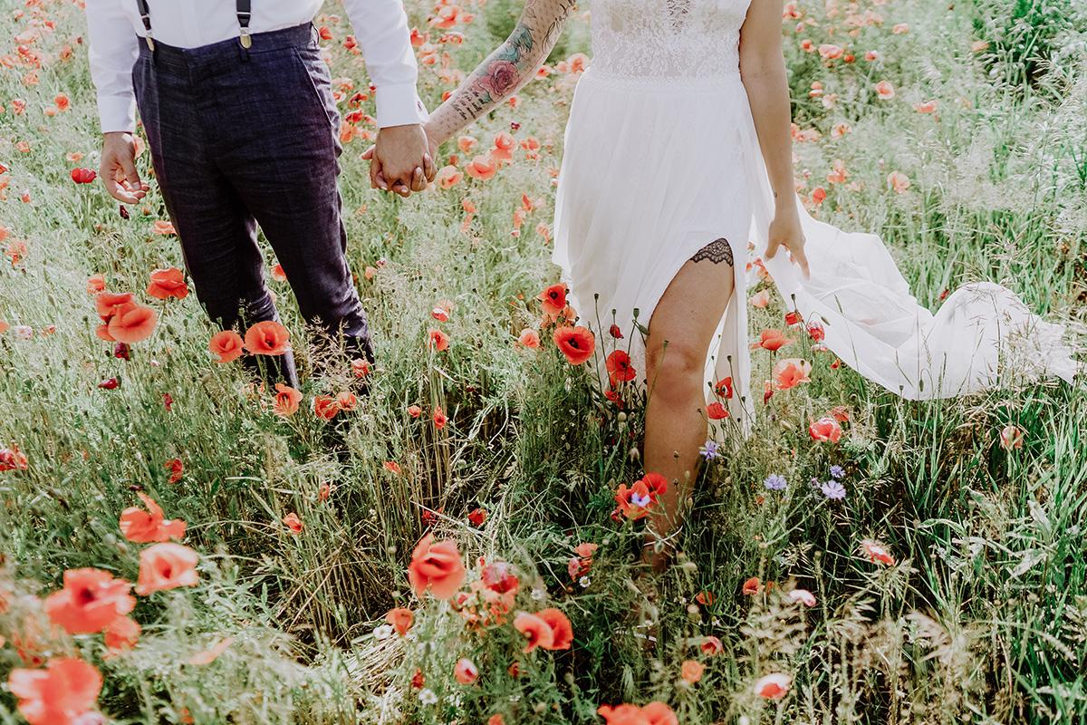 Idee Paarfoto Hochzeit modern auf Feld - Standesamt Hochzeit am Wasser in Seelodge von Hochzeitsfotograf Brandenburg © www.hochzeitslicht.de #hochzeitslicht