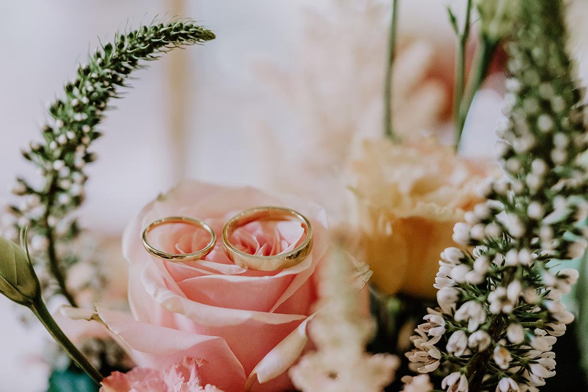 Hochzeitsfoto Eheringe schlicht aus Gold auf Boho Hochzeitsblumen - Standesamt Hochzeit am Wasser in Seelodge von Hochzeitsfotograf Brandenburg © www.hochzeitslicht.de #hochzeitslicht