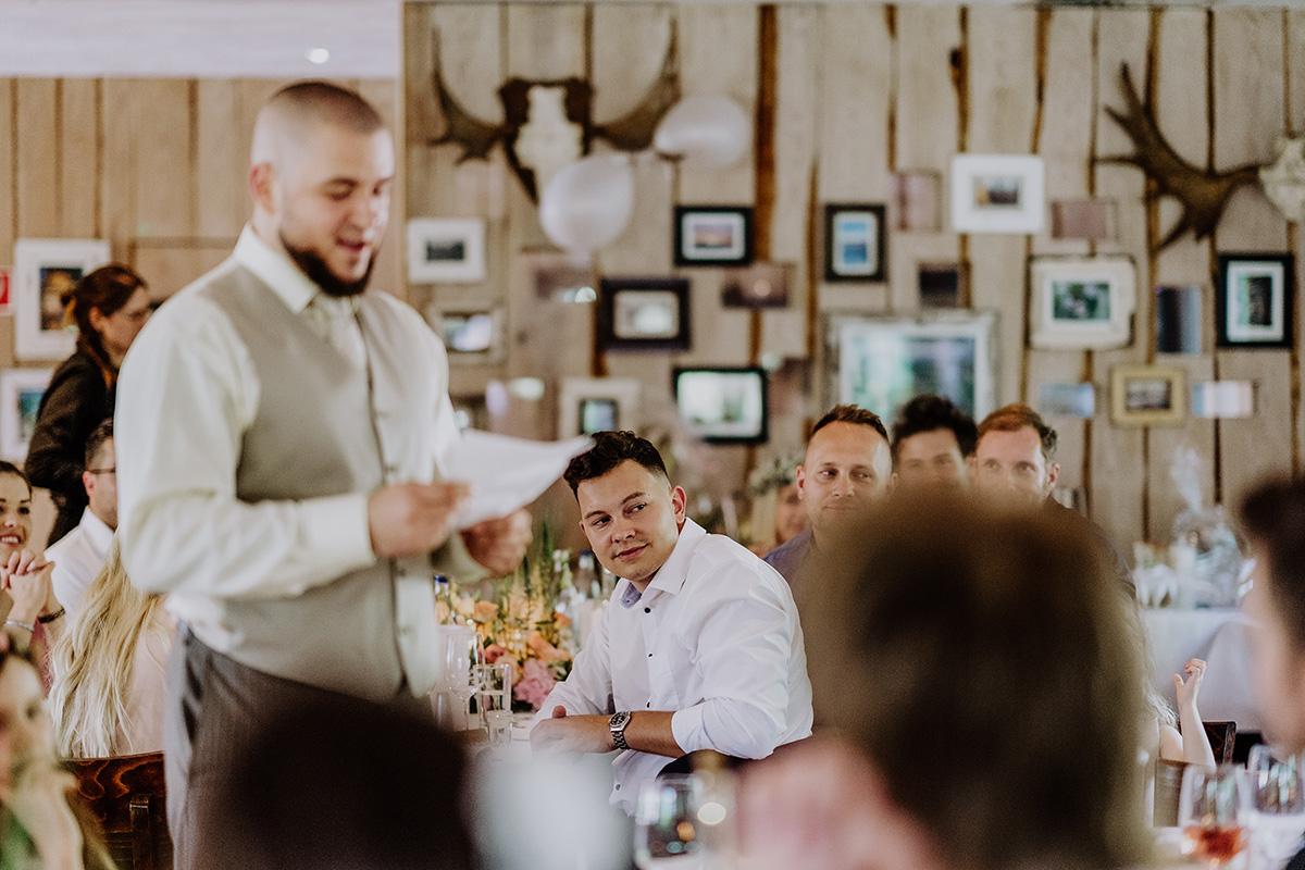 Hochzeitsreportage von Hochzeitsfeier am See Brandenburg bei Reden Gästen - Standesamt Hochzeit am Wasser in Seelodge von Hochzeitsfotograf Brandenburg © www.hochzeitslicht.de #hochzeitslicht