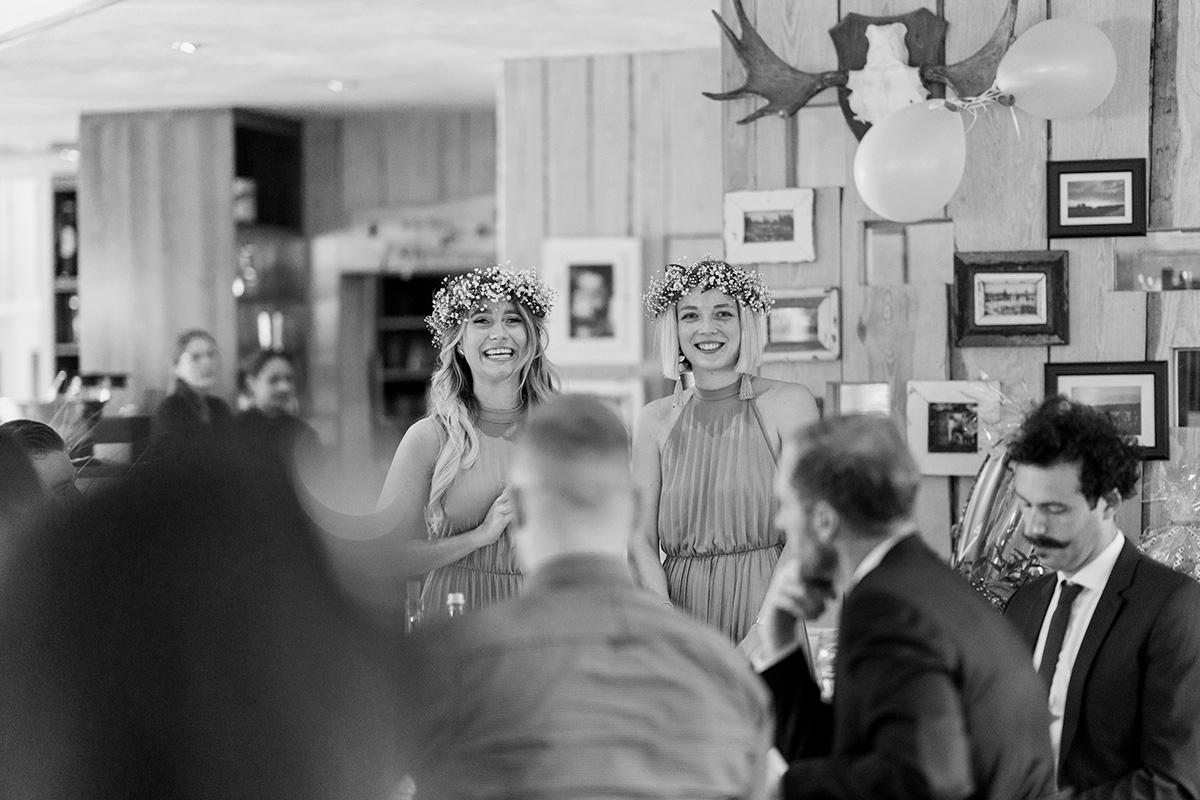 Brautjungfern bei Boho Hochzeit mit passenden Brautjungfernkleidern und Blumenkränzen im Haar - Standesamt Hochzeit am Wasser in Seelodge von Hochzeitsfotograf Brandenburg © www.hochzeitslicht.de #hochzeitslicht