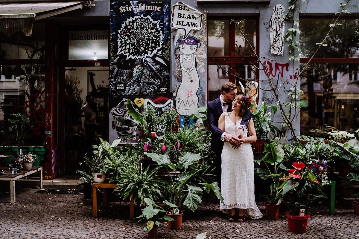 Paarfotoshooting urban Graffiti - Hochzeit Berlin Friedrichshain in Hochzeitslocation Old Smithy's Dizzle von Boho Hochzeitsfotograf © www.hochzeitslicht.de #hochzeitslicht