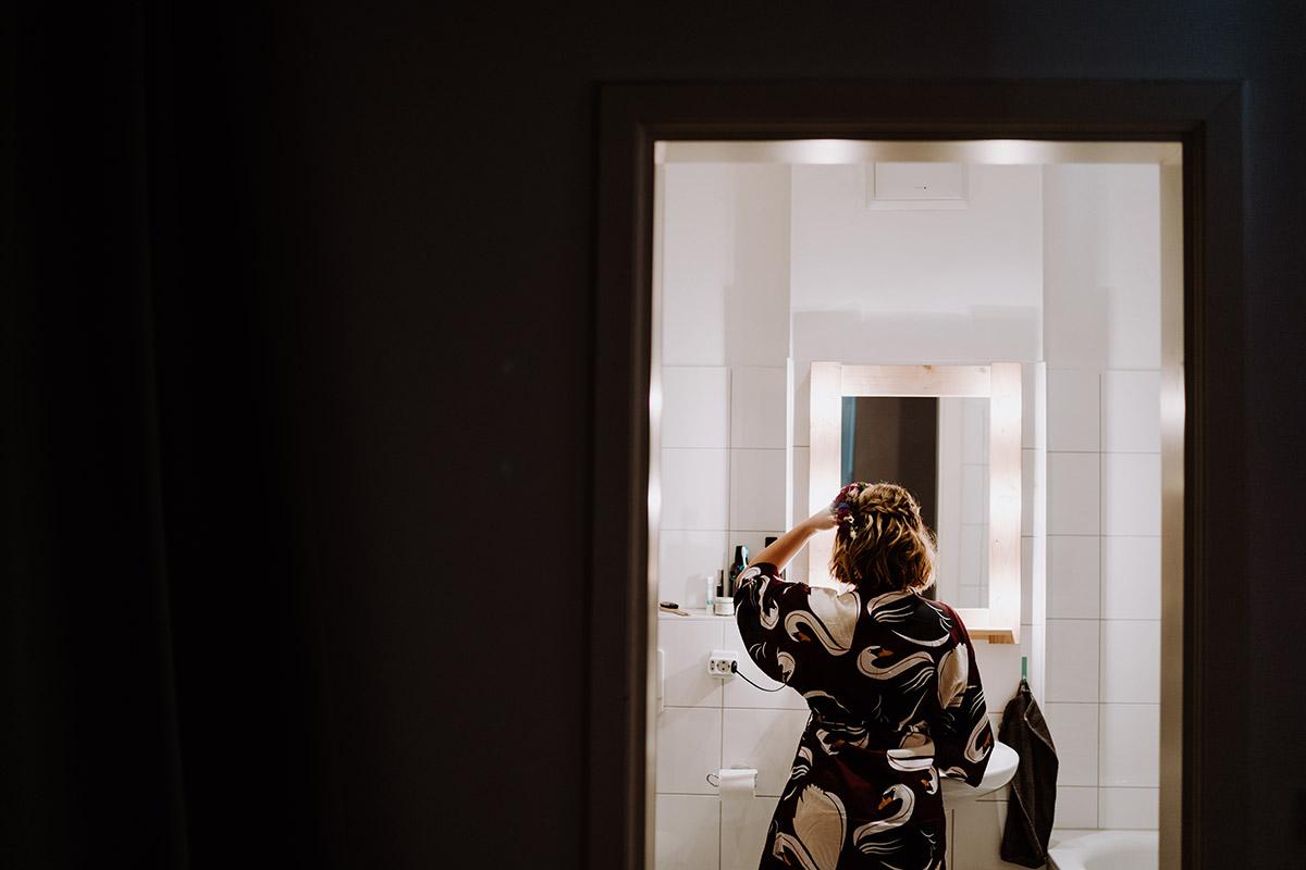 Hochzeitsfotografie Braut Styling - Hochzeit Berlin Friedrichshain in Hochzeitslocation Old Smithy's Dizzle von Boho Hochzeitsfotograf © www.hochzeitslicht.de #hochzeitslicht