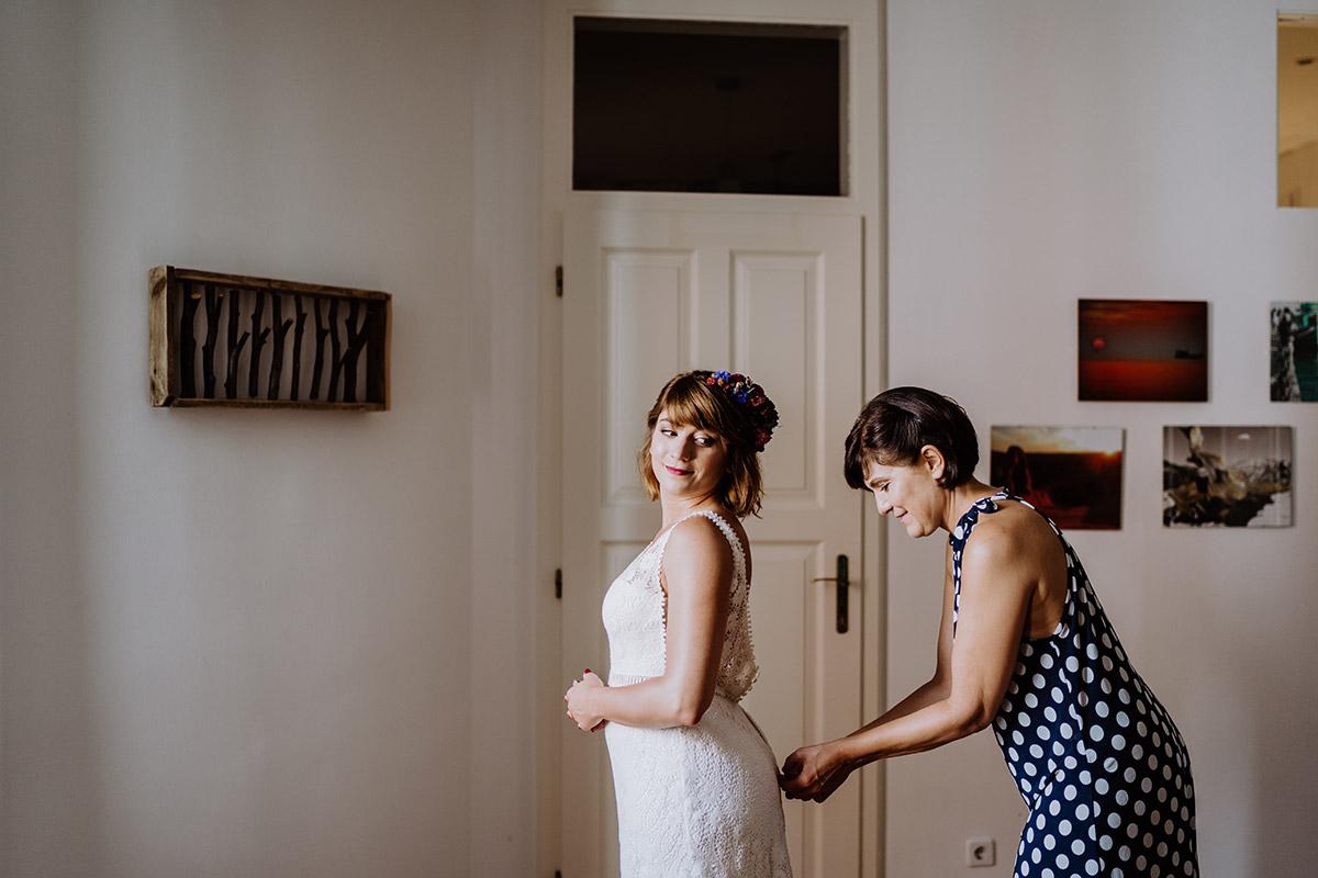 Idee Hochzeitsfoto Braut mit Mutter Anziehen Brautkleid - Hochzeit Berlin Friedrichshain in Hochzeitslocation Old Smithy's Dizzle von Boho Hochzeitsfotograf © www.hochzeitslicht.de #hochzeitslicht