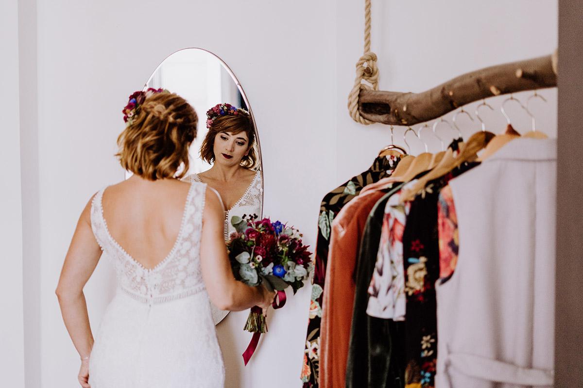 natürliches Hochzeitsfoto Vorbereitungen Braut - Hochzeit Berlin Friedrichshain in Hochzeitslocation Old Smithy's Dizzle von Boho Hochzeitsfotograf © www.hochzeitslicht.de #hochzeitslicht