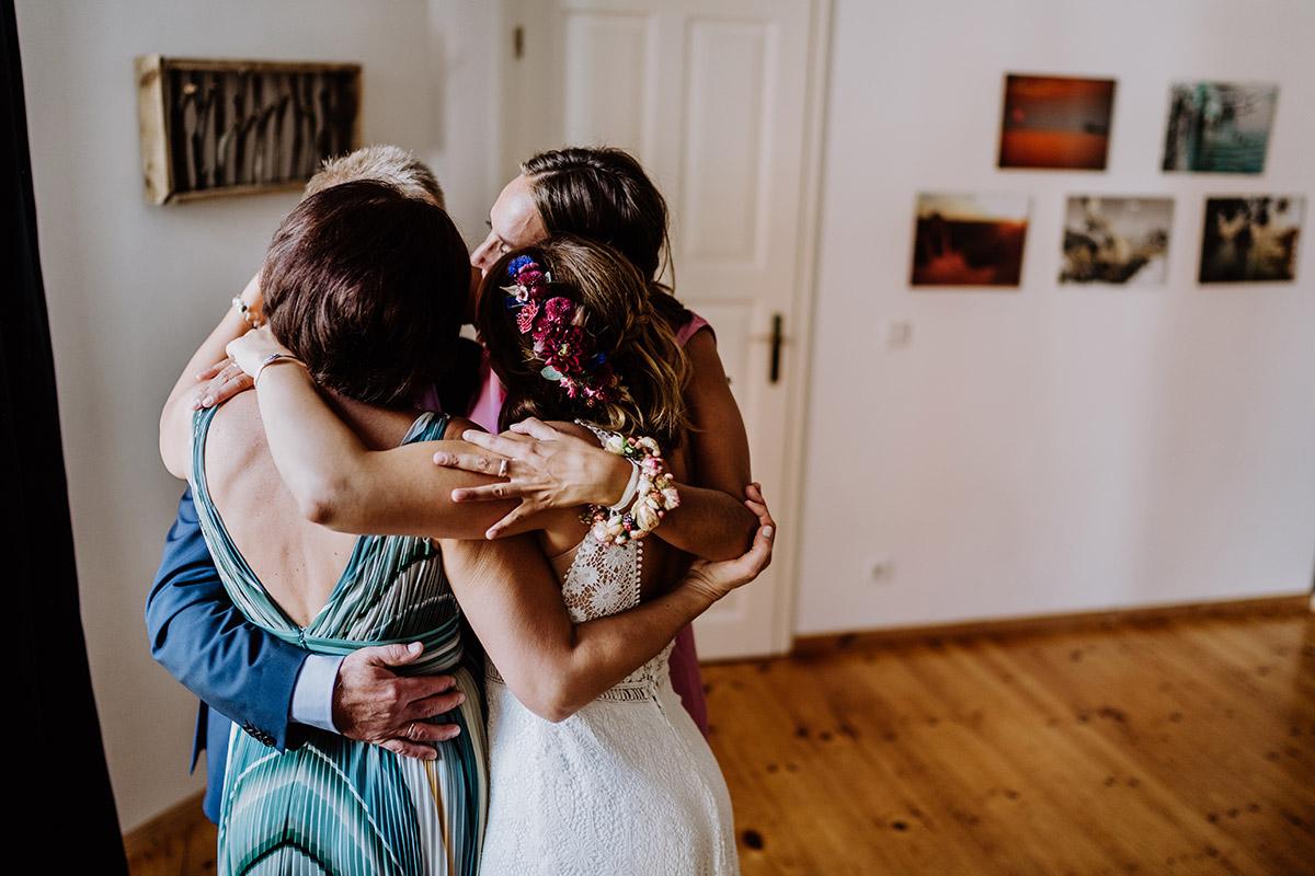 Hochzeitsfotos emotional Familie Braut - Hochzeit Berlin Friedrichshain in Hochzeitslocation Old Smithy's Dizzle von Boho Hochzeitsfotograf © www.hochzeitslicht.de #hochzeitslicht