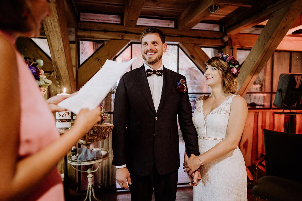Hochzeitsfoto strahlendes Brautpaar freie Trauung - Hochzeit Berlin Friedrichshain in Hochzeitslocation Old Smithy's Dizzle von Boho Hochzeitsfotograf © www.hochzeitslicht.de #hochzeitslicht