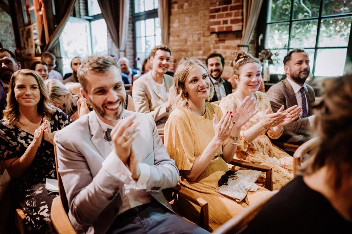 Hochzeitsfoto Gäste bei freier Trauung - Hochzeit Berlin Friedrichshain in Hochzeitslocation Old Smithy's Dizzle von Boho Hochzeitsfotograf © www.hochzeitslicht.de #hochzeitslicht