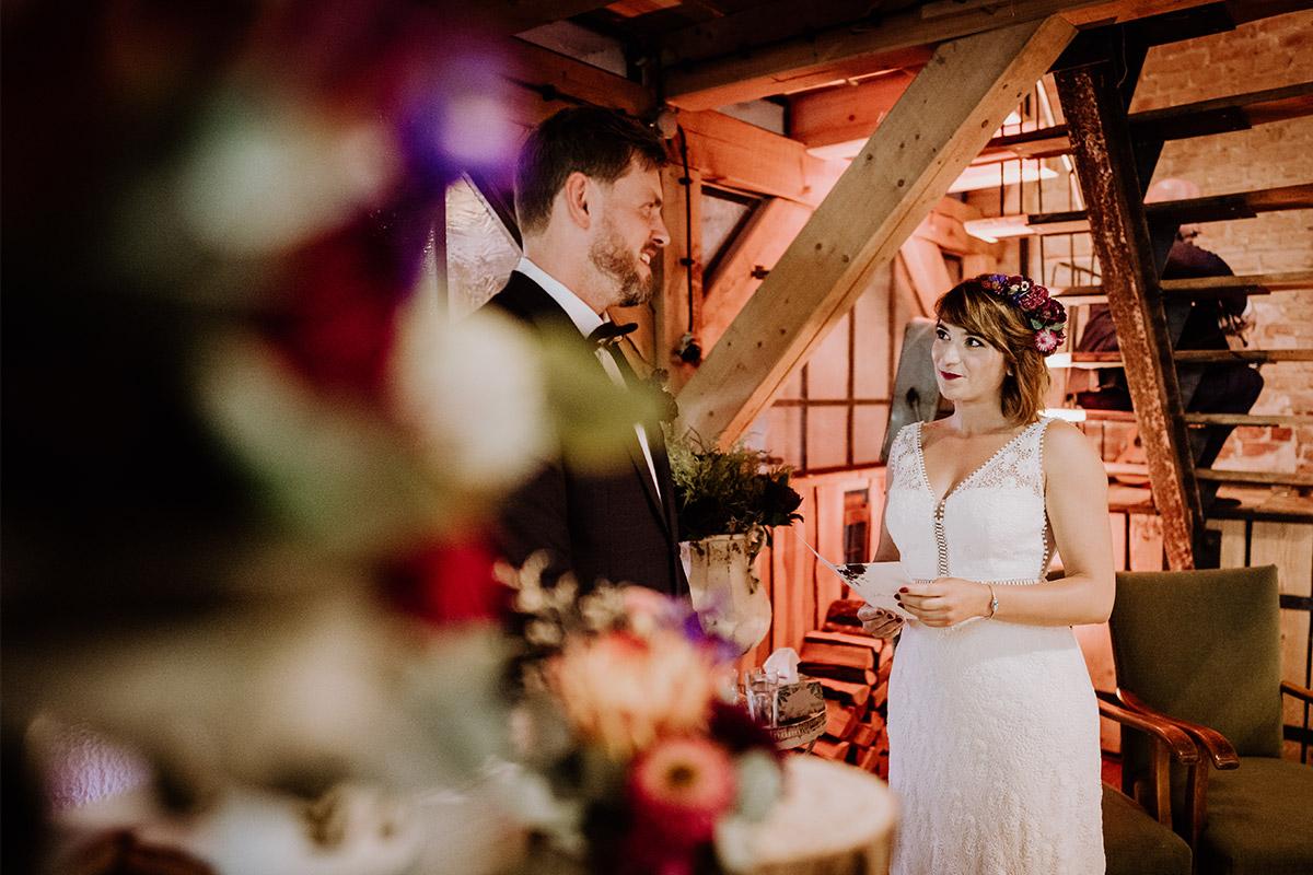 authentische Hochzeitsfotografie Trauversprechen freie Trauung - Hochzeit Berlin Friedrichshain in Hochzeitslocation Old Smithy's Dizzle von Boho Hochzeitsfotograf © www.hochzeitslicht.de #hochzeitslicht