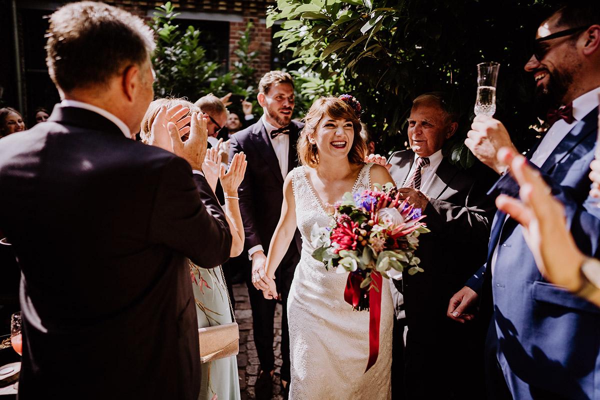Hochzeitsfoto Auszug Brautpaar freie Trauung - Hochzeit Berlin Friedrichshain in Hochzeitslocation Old Smithy's Dizzle von Boho Hochzeitsfotograf © www.hochzeitslicht.de #hochzeitslicht