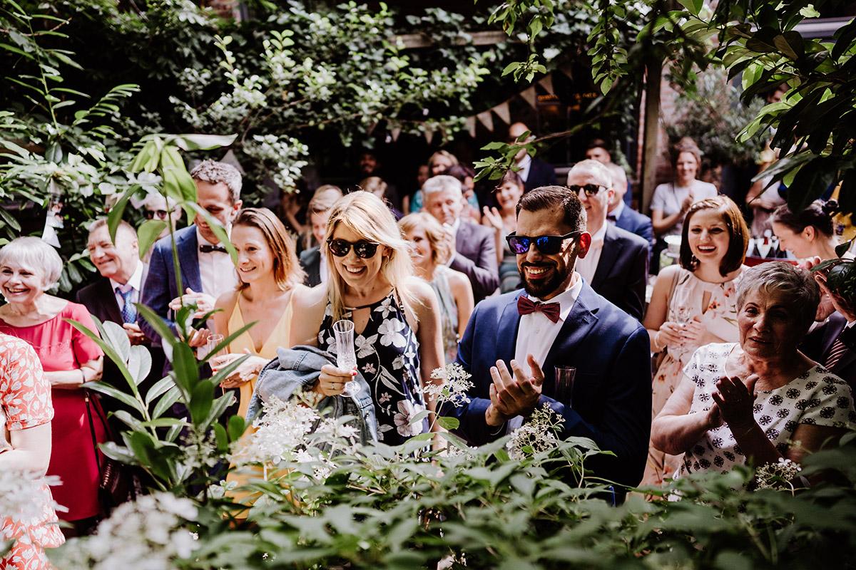 Gästefotos Hochzeit Garten - Hochzeit Berlin Friedrichshain in Hochzeitslocation Old Smithy's Dizzle von Boho Hochzeitsfotograf © www.hochzeitslicht.de #hochzeitslicht
