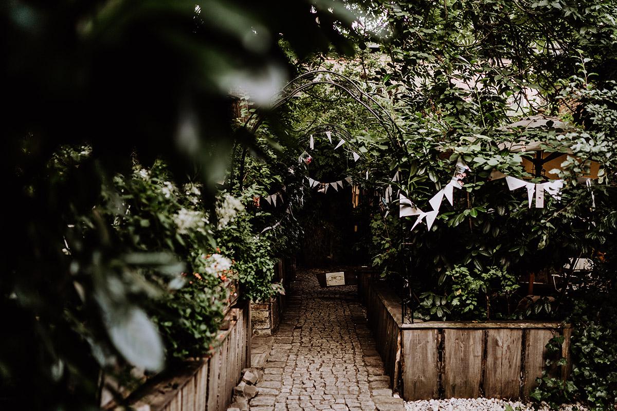 Deko Tipp DIY Hochzeit Garten Wimpel Papier - Hochzeit Berlin Friedrichshain in Hochzeitslocation Old Smithy's Dizzle von Boho Hochzeitsfotograf © www.hochzeitslicht.de #hochzeitslicht
