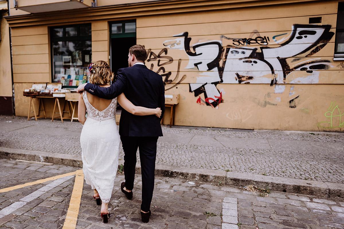 Fotoshooting Brautpaar in der Stadt Graffiti - Hochzeit Berlin Friedrichshain in Hochzeitslocation Old Smithy's Dizzle von Boho Hochzeitsfotograf © www.hochzeitslicht.de #hochzeitslicht