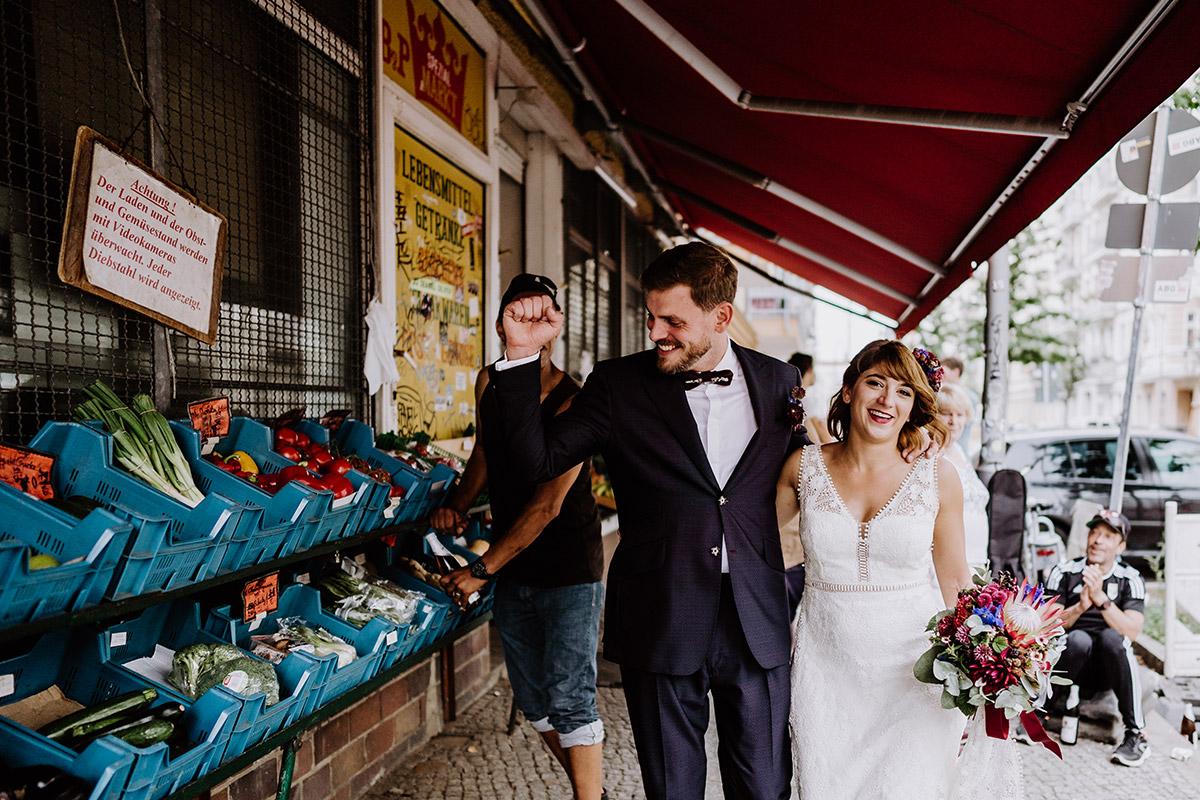 urbanes Paarfotoshooting Braut und Bräutigam Berlin - Hochzeit Berlin Friedrichshain in Hochzeitslocation Old Smithy's Dizzle von Boho Hochzeitsfotograf © www.hochzeitslicht.de #hochzeitslicht