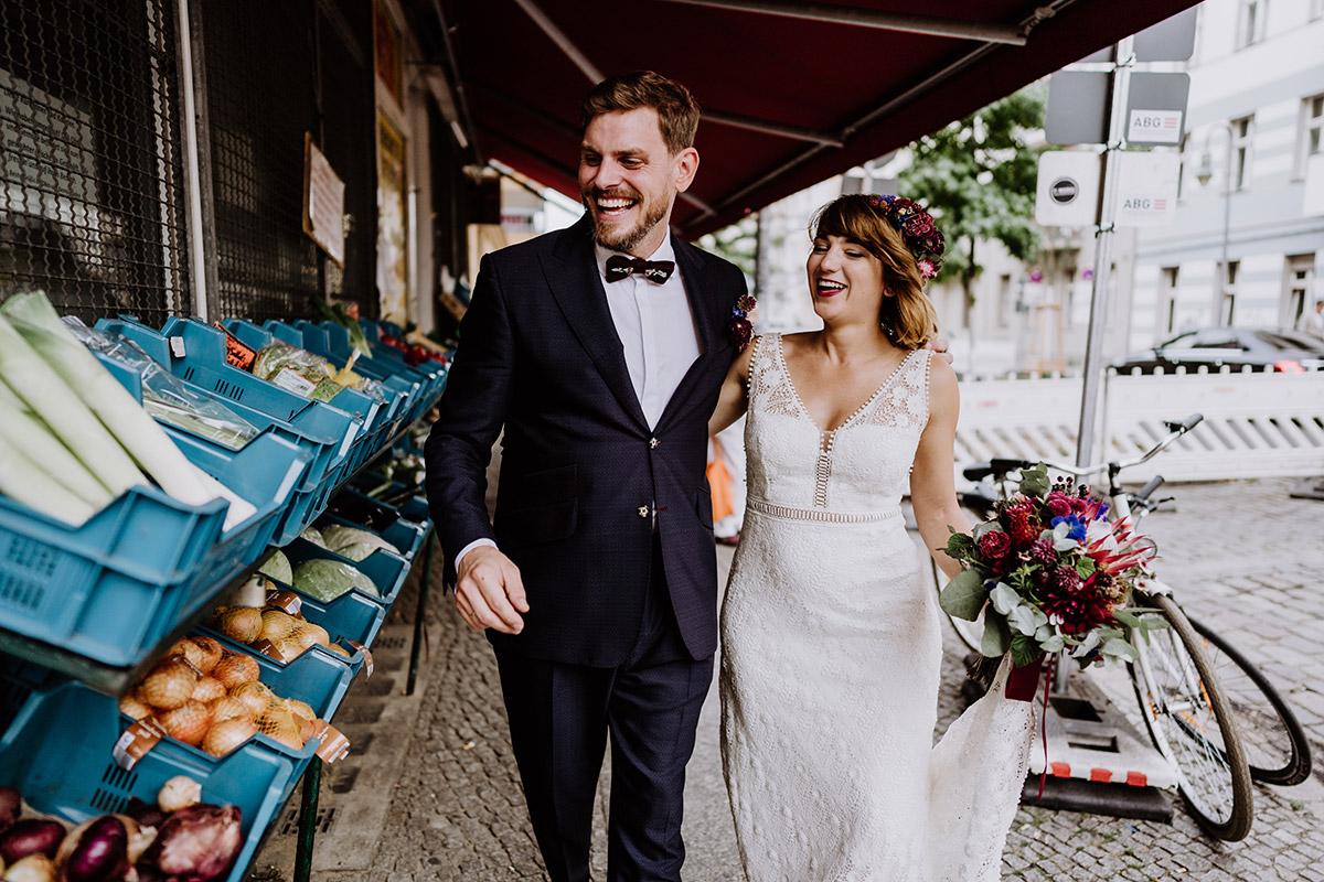 natürliche Hochzeitsfotos Brautpaar Berlin - Hochzeit Berlin Friedrichshain in Hochzeitslocation Old Smithy's Dizzle von Boho Hochzeitsfotograf © www.hochzeitslicht.de #hochzeitslicht