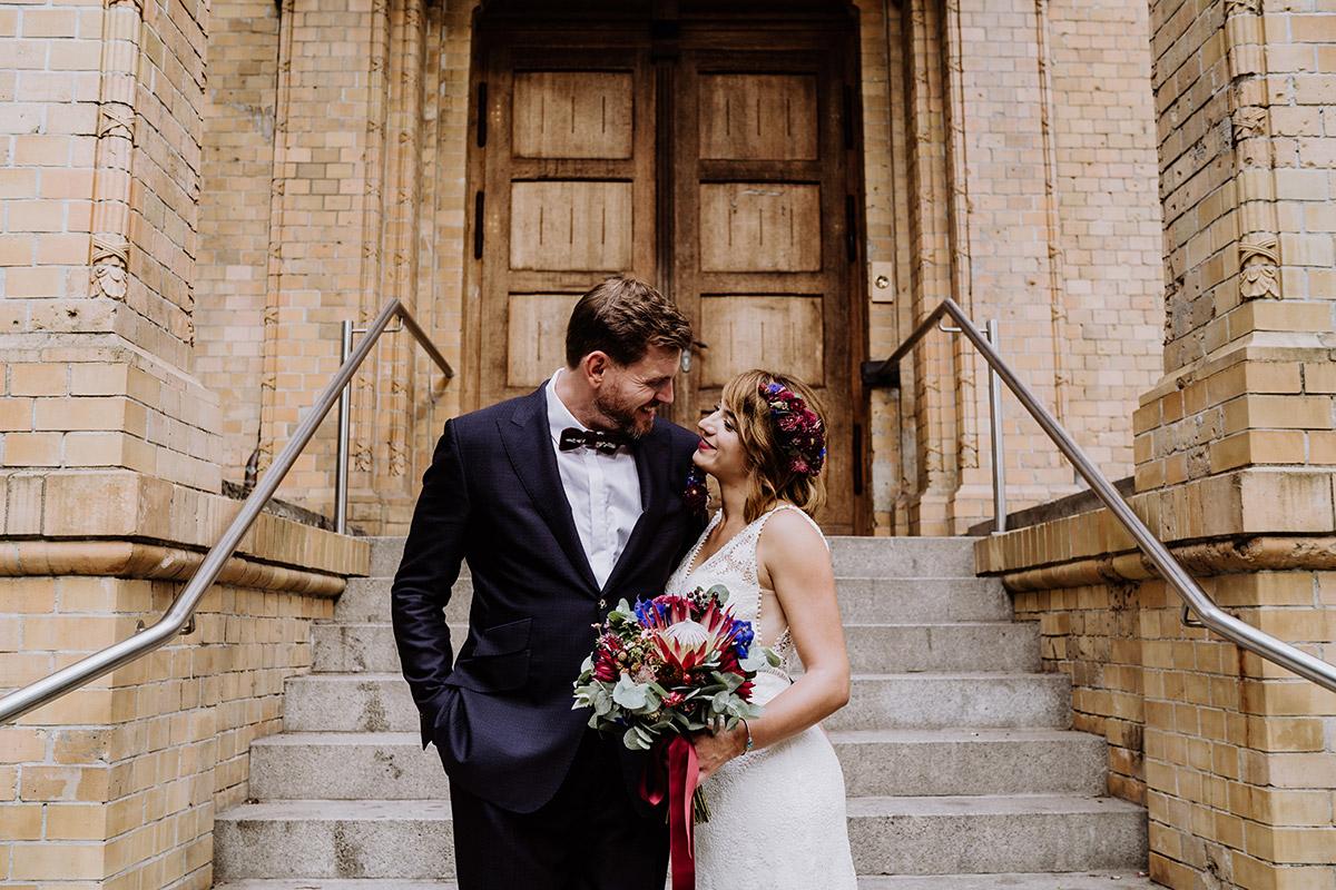 Fotoshooting Brautpaar klassisch romantisch - Hochzeit Berlin Friedrichshain in Hochzeitslocation Old Smithy's Dizzle von Boho Hochzeitsfotograf © www.hochzeitslicht.de #hochzeitslicht