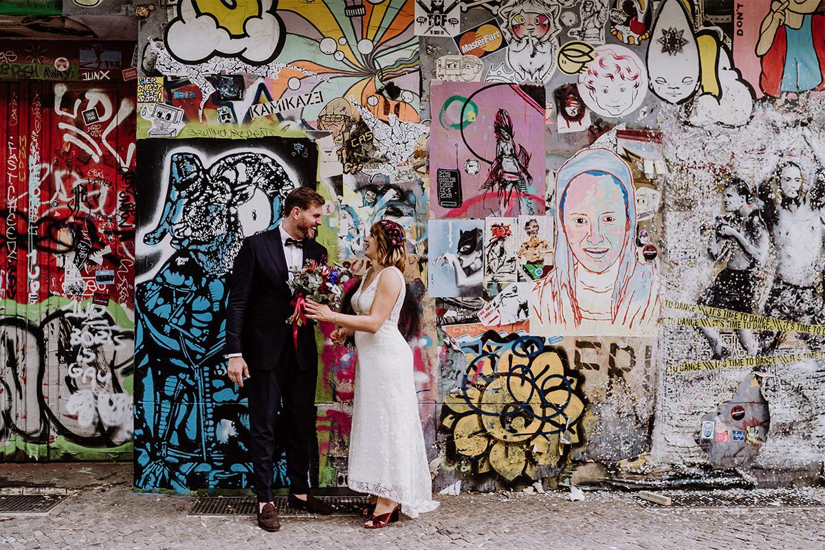 moderne Hochzeitsfotografie Brautpaar in der Stadt vor Wand Graffiti - Hochzeit Berlin Friedrichshain in Hochzeitslocation Old Smithy's Dizzle von Boho Hochzeitsfotograf © www.hochzeitslicht.de #hochzeitslicht
