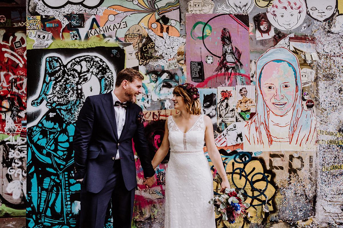 Idee Pose Hochzeitsfoto Brautpaar Hand in Hand vor Wand - Hochzeit Berlin Friedrichshain in Hochzeitslocation Old Smithy's Dizzle von Boho Hochzeitsfotograf © www.hochzeitslicht.de #hochzeitslicht