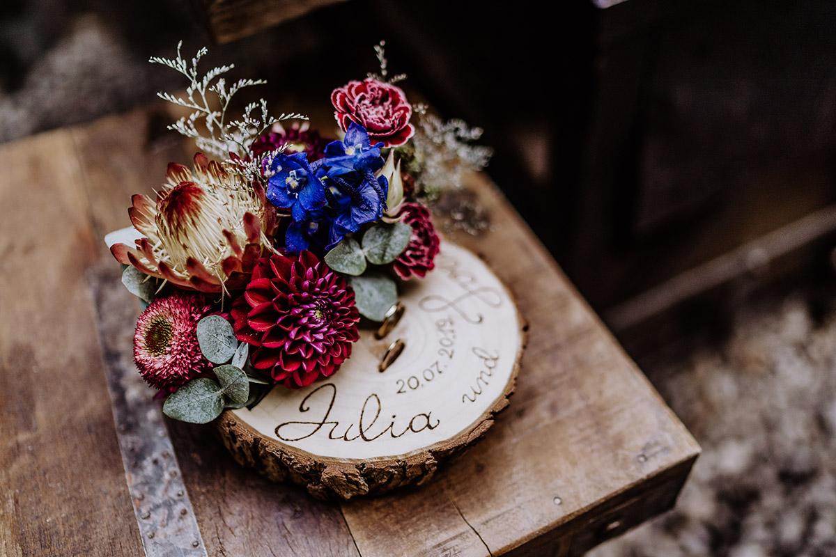 Idee originell rustikales Ringkissen Holzscheibe mit Blumen - Hochzeit Berlin Friedrichshain in Hochzeitslocation Old Smithy's Dizzle von Boho Hochzeitsfotograf © www.hochzeitslicht.de #hochzeitslicht