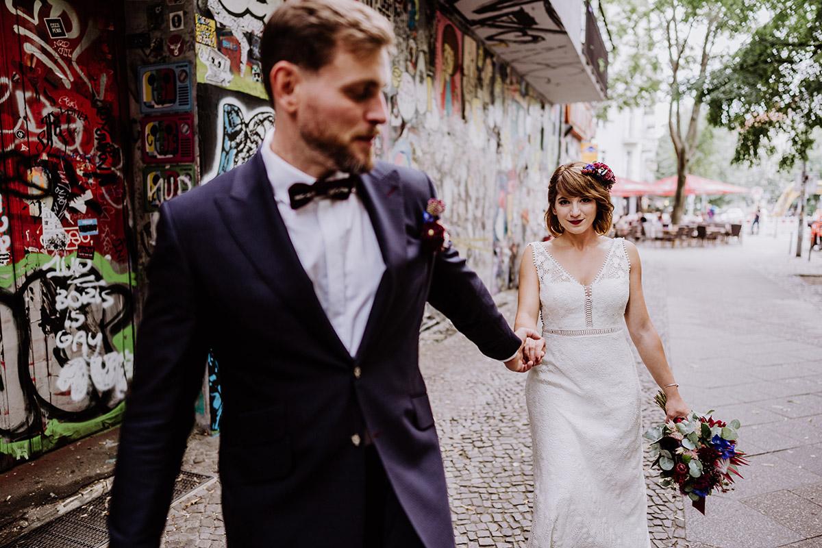Idee Pose modernes Brautpaarfoto Brautpaar hintereinander Hand in Hand - Hochzeit Berlin Friedrichshain in Hochzeitslocation Old Smithy's Dizzle von Boho Hochzeitsfotograf © www.hochzeitslicht.de #hochzeitslicht