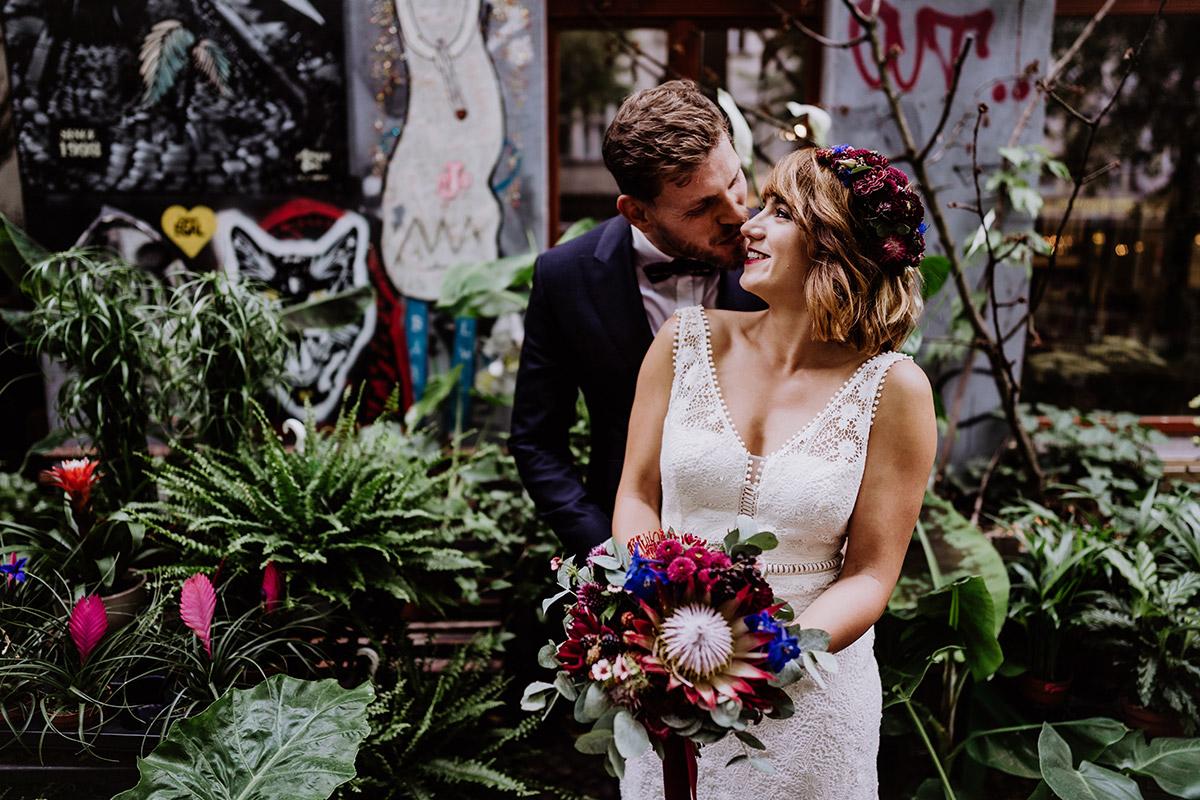 Fotoshooting Paarfotos Hochzeit urban Graffiti Blumenladen - Hochzeit Berlin Friedrichshain in Hochzeitslocation Old Smithy's Dizzle von Boho Hochzeitsfotograf © www.hochzeitslicht.de #hochzeitslicht