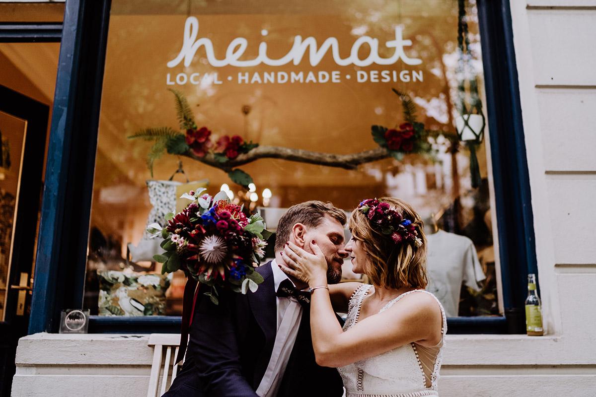 romantisches Hochzeitsfoto Brautpaar Kuss - Hochzeit Berlin Friedrichshain in Hochzeitslocation Old Smithy's Dizzle von Boho Hochzeitsfotograf © www.hochzeitslicht.de #hochzeitslicht