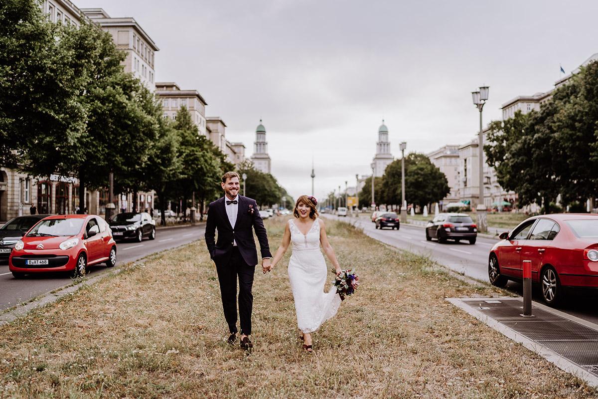 natürliche Hochzeitsfotos im Gehen - Hochzeit Berlin Friedrichshain in Hochzeitslocation Old Smithy's Dizzle von Boho Hochzeitsfotograf © www.hochzeitslicht.de #hochzeitslicht