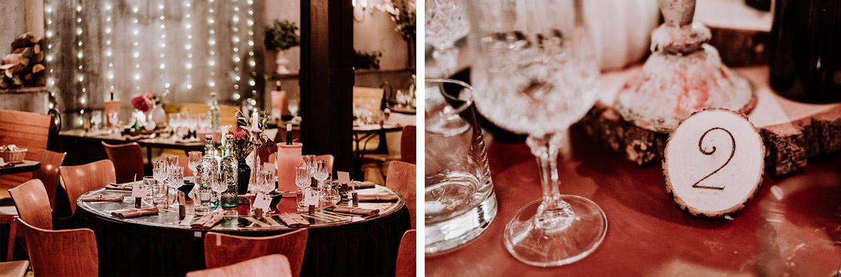 Ideen Tischdekoration Vintagehochezeit Baumscheiben geschliffene Gläser - Hochzeit Berlin Friedrichshain in Hochzeitslocation Old Smithy's Dizzle von Boho Hochzeitsfotograf © www.hochzeitslicht.de #hochzeitslicht