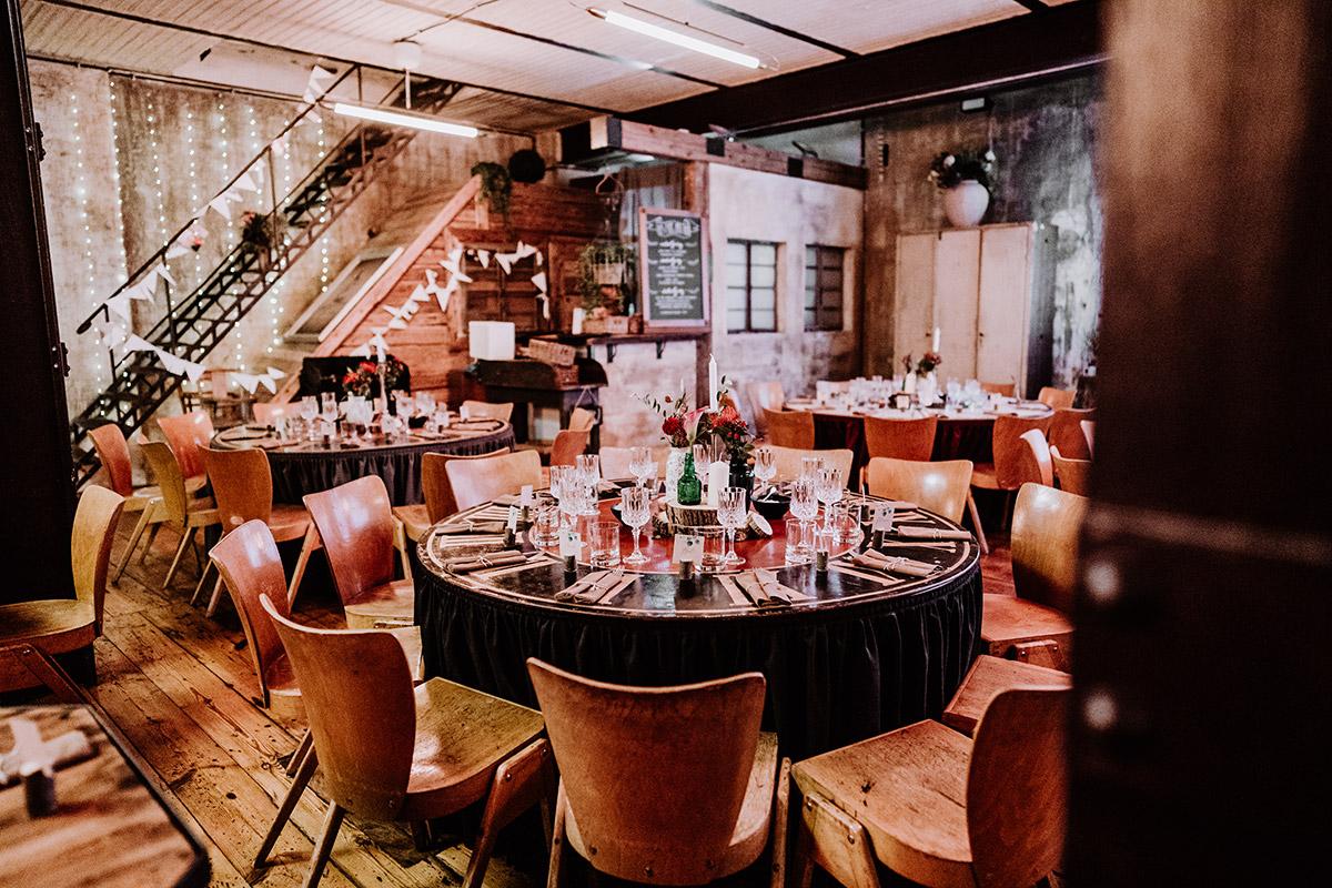 Idee elegant rustikale DIY Hochzeitsdekoration - Hochzeit Berlin Friedrichshain in Hochzeitslocation Old Smithy's Dizzle von Boho Hochzeitsfotograf © www.hochzeitslicht.de #hochzeitslicht