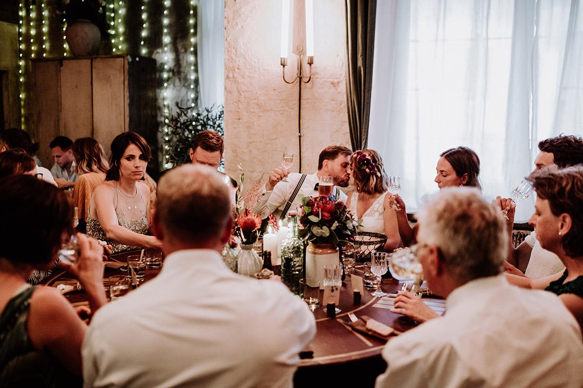 ungestellte Hochzeitsfotos bei Hochzeitsfeier - Hochzeit Berlin Friedrichshain in Hochzeitslocation Old Smithy's Dizzle von Boho Hochzeitsfotograf © www.hochzeitslicht.de #hochzeitslicht