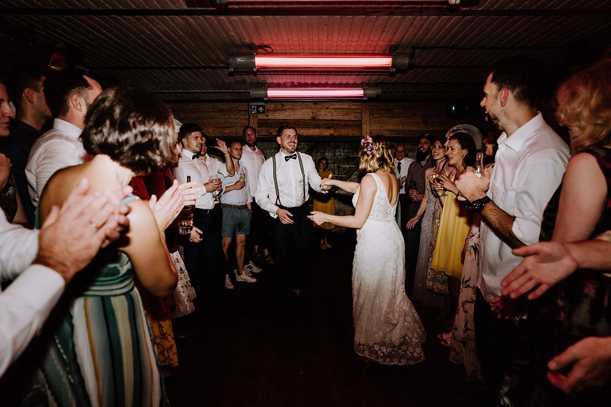 Hochzeitsfoto Eröffnungstanz Brautpaar - Hochzeit Berlin Friedrichshain in Hochzeitslocation Old Smithy's Dizzle von Boho Hochzeitsfotograf © www.hochzeitslicht.de #hochzeitslicht