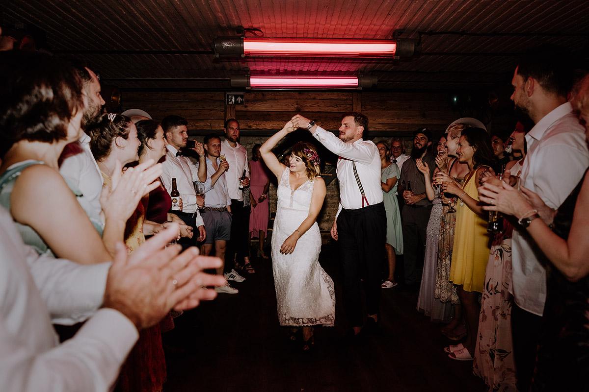 Foto Hochzeitstanz Brautpaar - Hochzeit Berlin Friedrichshain in Hochzeitslocation Old Smithy's Dizzle von Boho Hochzeitsfotograf © www.hochzeitslicht.de #hochzeitslicht