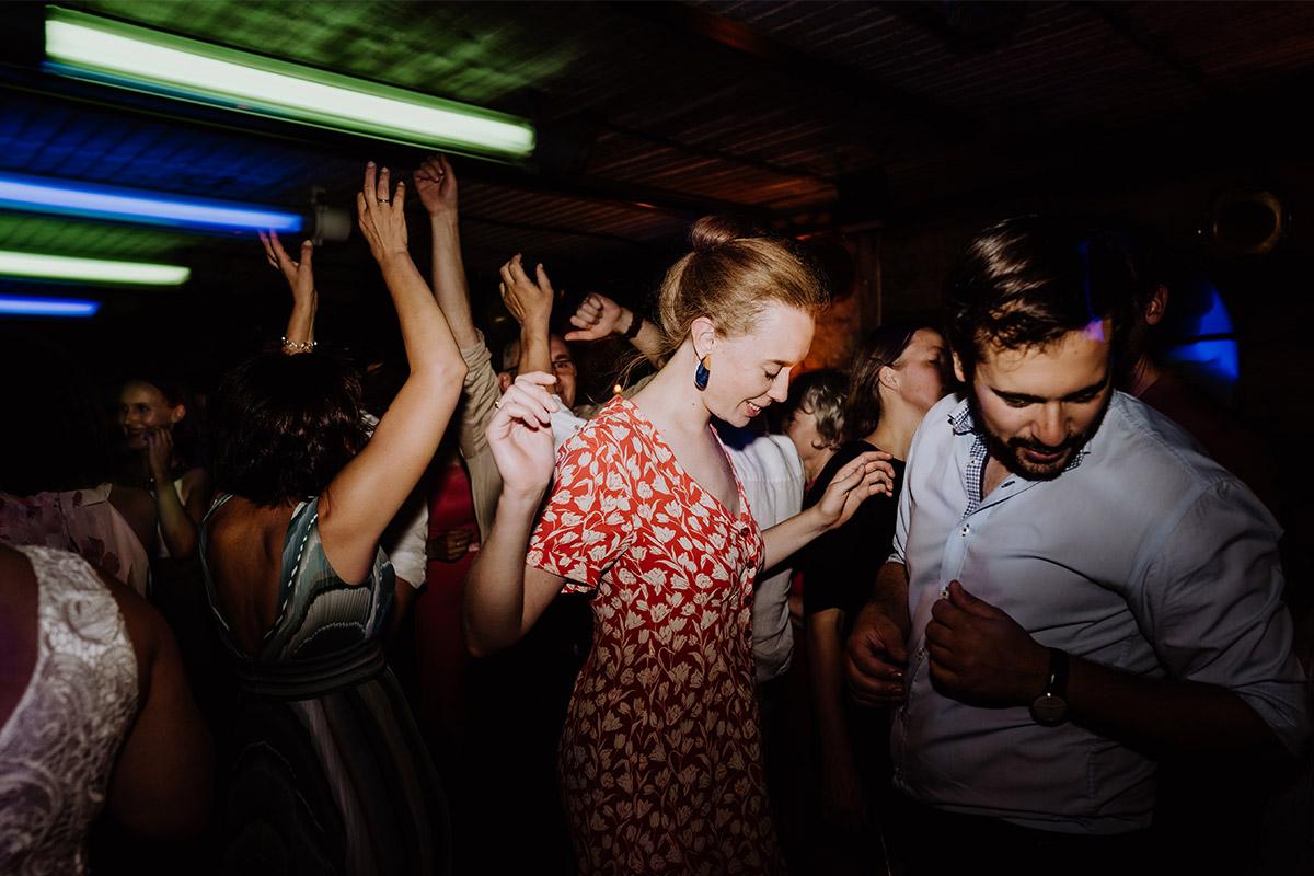 Foto tanzende Gäste Hochzeitsparty - Hochzeit Berlin Friedrichshain in Hochzeitslocation Old Smithy's Dizzle von Boho Hochzeitsfotograf © www.hochzeitslicht.de #hochzeitslicht