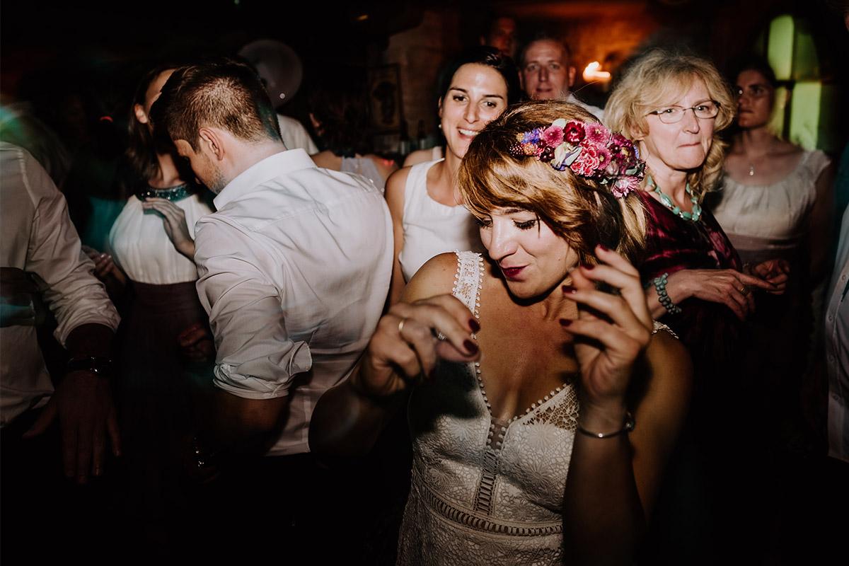Hochzeitsfoto tanzende Braut am Abend - Hochzeit Berlin Friedrichshain in Hochzeitslocation Old Smithy's Dizzle von Boho Hochzeitsfotograf © www.hochzeitslicht.de #hochzeitslicht