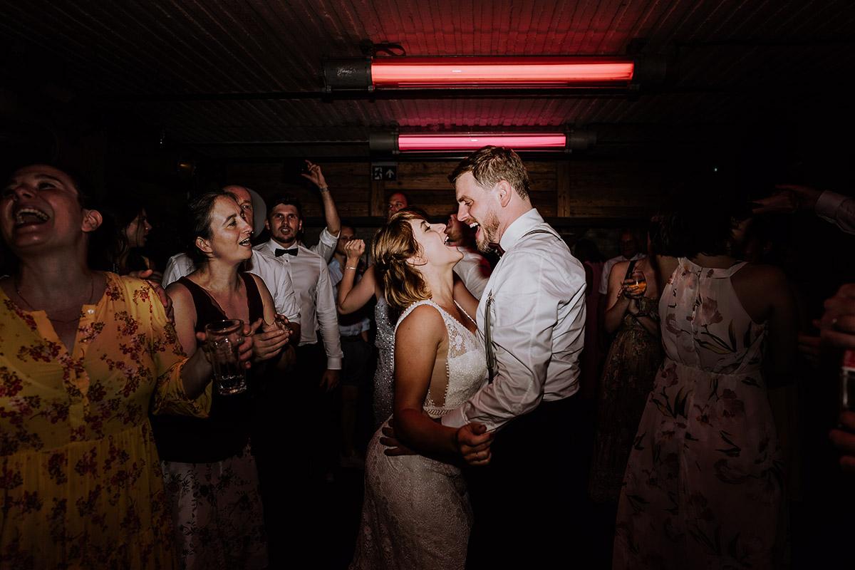 Foto lachendes Brautpaar Hochzeitsfeier - Hochzeit Berlin Friedrichshain in Hochzeitslocation Old Smithy's Dizzle von Boho Hochzeitsfotograf © www.hochzeitslicht.de #hochzeitslicht