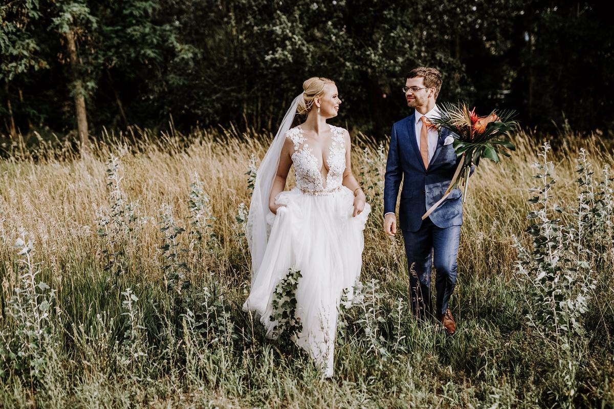 Brautpaarshooting Ideen in der Natur - Hochzeitsfotos tropische Hochzeit in der Biosphäre Potsdam von Hochzeitsfotograf Berlin © www.hochzeitslicht.de #hochzeitslicht
