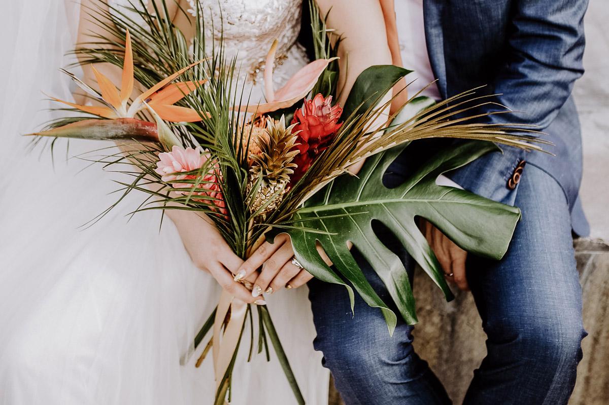 Hochzeitsfoto Brautstrauß tropical wedding Hochzeitsblumen Strelizie Bromelien - Hochzeitsfotos tropische Hochzeit in der Biosphäre Potsdam von Hochzeitsfotograf Berlin © www.hochzeitslicht.de #hochzeitslicht