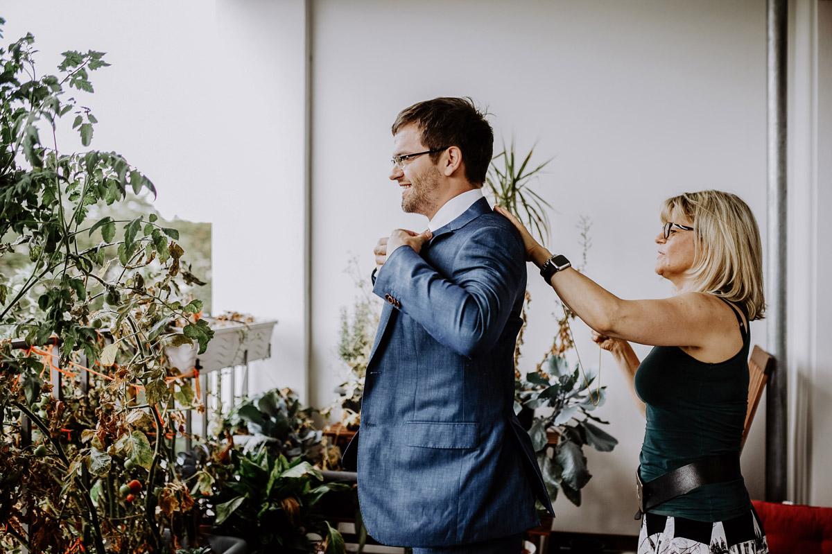 Getting Ready Hochzeit zu Hause - Hochzeitsfotos tropische Hochzeit in der Biosphäre Potsdam von Hochzeitsfotograf Berlin © www.hochzeitslicht.de #hochzeitslicht