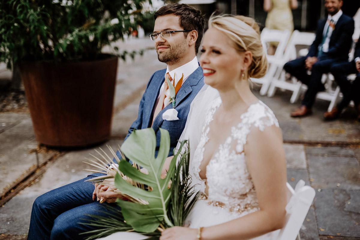 Hochzeitsbilder Brautpaar freie Trauung - Hochzeitsfotos tropische Hochzeit in der Biosphäre Potsdam von Hochzeitsfotograf Berlin © www.hochzeitslicht.de #hochzeitslicht