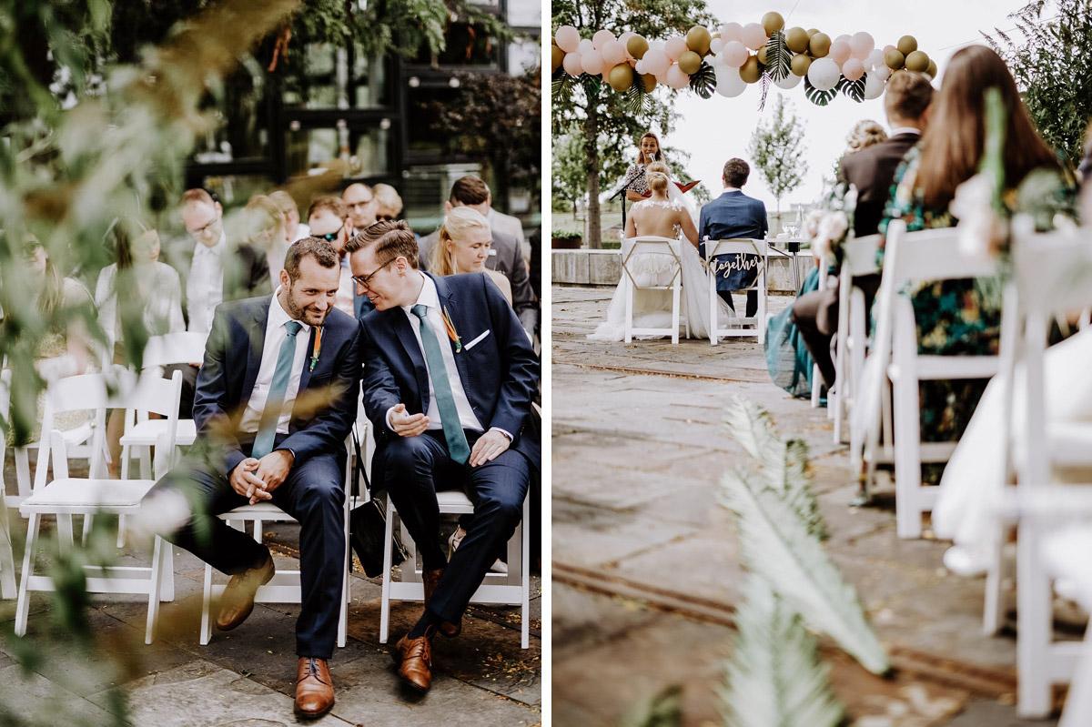 Gästefotos Trauung Sommerhochzeit - Hochzeitsfotos tropische Hochzeit in der Biosphäre Potsdam von Hochzeitsfotograf Berlin © www.hochzeitslicht.de #hochzeitslicht
