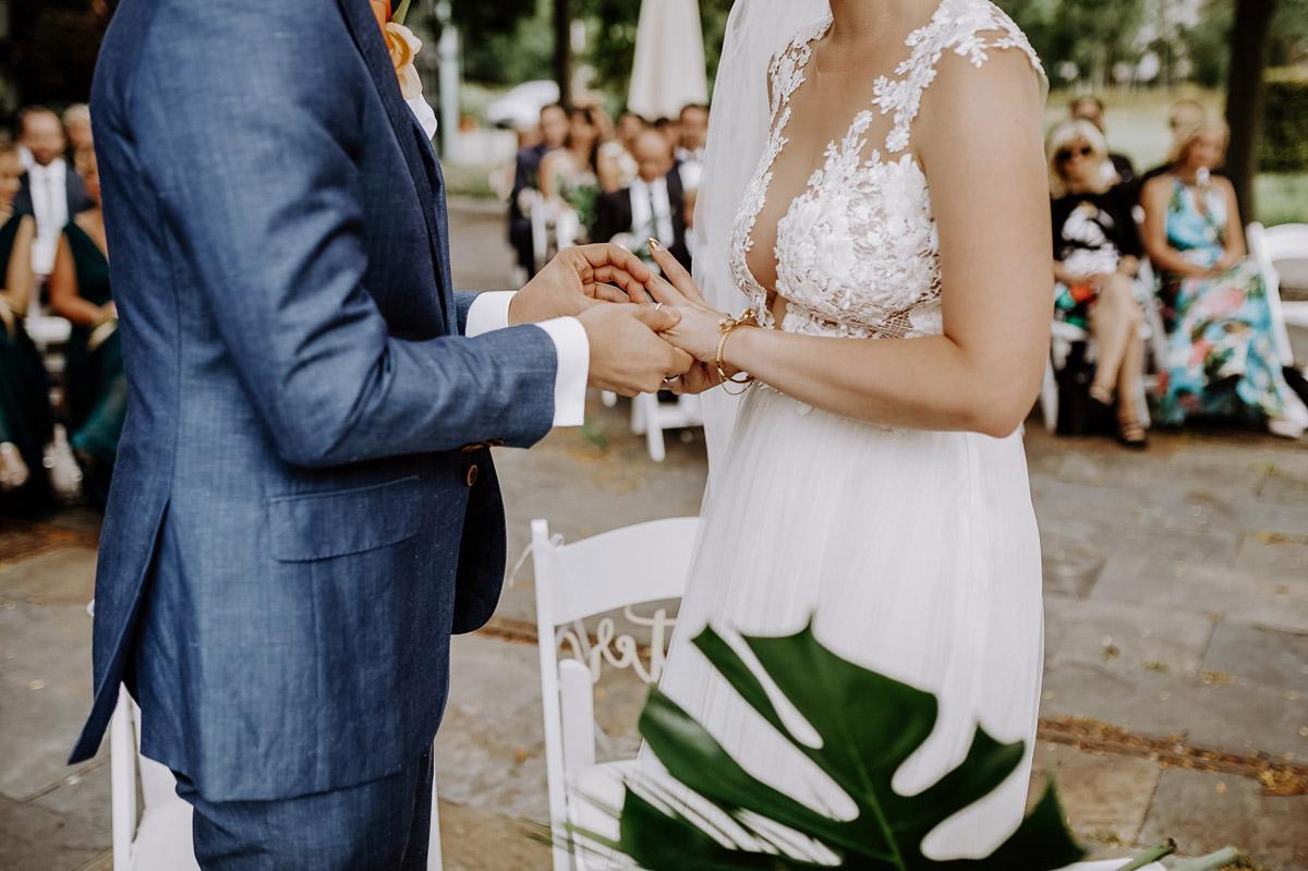 Tipp Hochzeitsfoto Ringtausch Trauung - Hochzeitsfotos tropische Hochzeit in der Biosphäre Potsdam von Hochzeitsfotograf Berlin © www.hochzeitslicht.de #hochzeitslicht